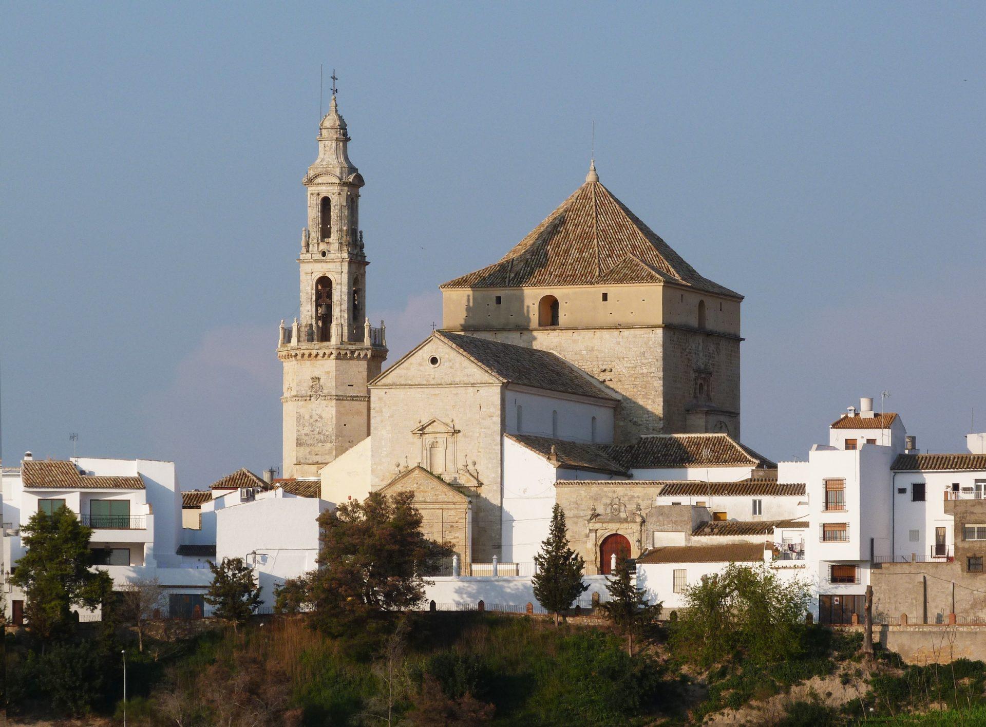 Vista de Santaella con la iglesia al fondo